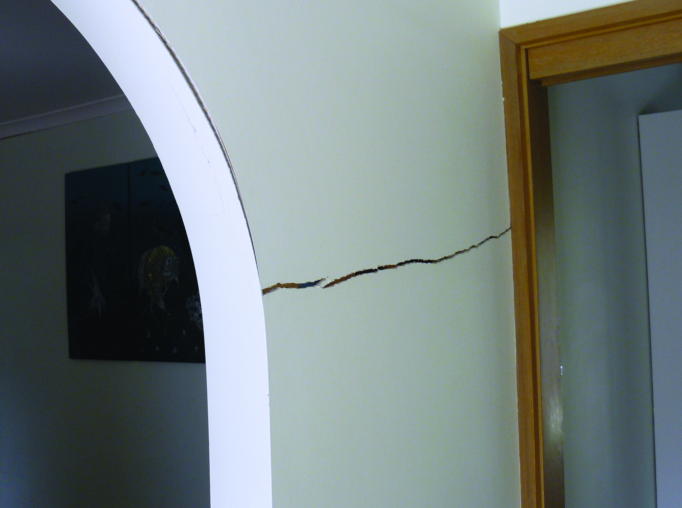 How to repair cracks in walls - Wall Crack In An Arch Before Levelling